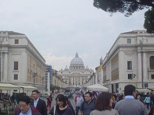 バチカン市国のエリアにやってくると、あの有名な建物が見えてきました。